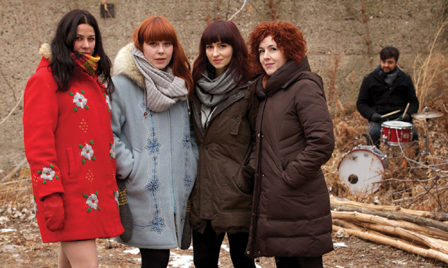 Chic Gamine huddle in chilly Canada