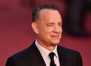 Tom Hanks Does The 'Shimmy Shimmy Cocoa Pop' Rap With Fans At 'Inferno' Premiere