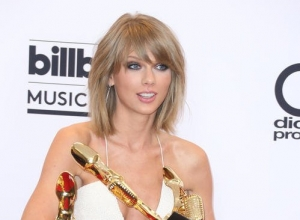 "Photographer Calls Out Taylor Swift For ""Double Standards"" In Apple Music Stance"