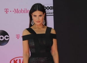 Idina Menzel Responds To 'Give Elsa A Girlfriend' Viral Campaign
