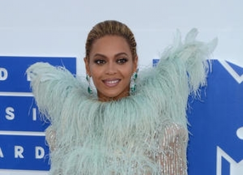 Beyonce Shares The Vmas Red Carpet With Mothers Of Gun Violence Victims