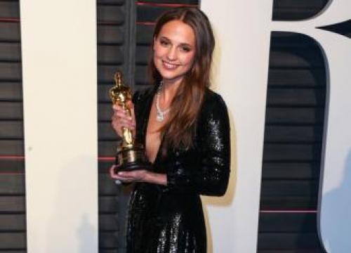 Alicia Vikander 'Reunited' With Her Oscar