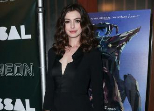Anne Hathaway To Produce New Comedy About Tinder