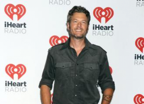 Blake Shelton Takes On-stage Tumble