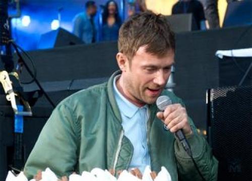 Blur's Damon Albarn hands out ice creams