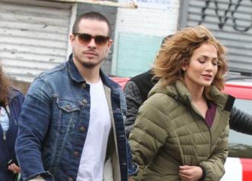 Jennifer Lopez and Casper Smart holding hands