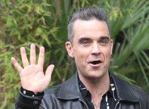 Robbie Williams Flips Off Camera During World Cup Opening Ceremony