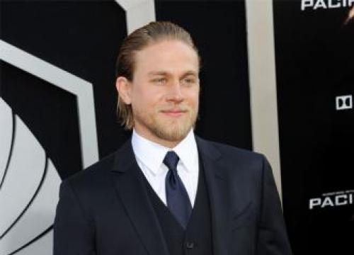 Charlie Hunnam Praises Honest Director Guy Ritchie