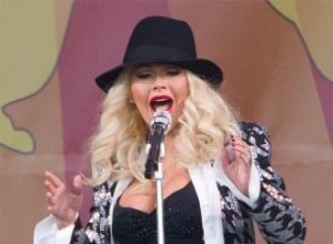 Christina Aguilera buys fans coffee