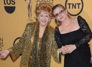 Carrie Fisher mocks Debbie Reynolds as she presents award