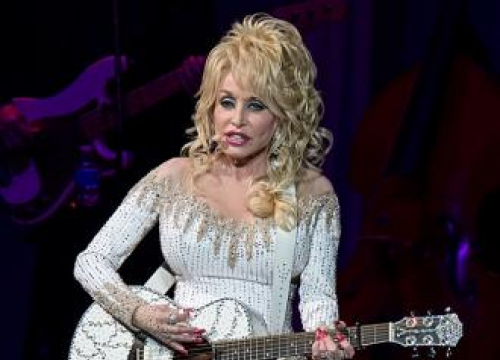 Dolly Parton Picks Up Two Guinness World Records