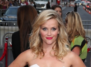 Reese Witherspoon Helps The Cast Of 'Saturday Night Live' Apologise To Their Mothers