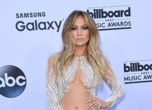 Jennifer Lopez think her butt looks small