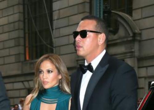 Alex Rodriguez's Daughters Help Jennifer Lopez Backstage