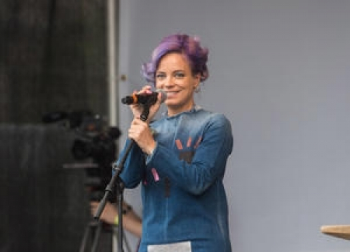 Lily Allen Sings For Anti-trump Protesters In London