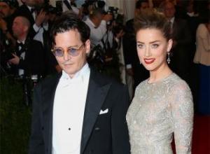 Johnny Depp's mother gesture