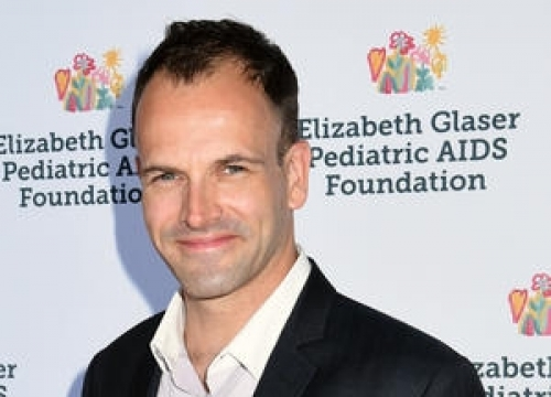 Jonny Lee Miller Becomes U.s. Citizen