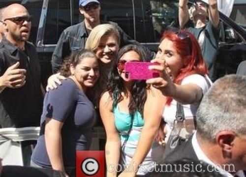 Kelly Clarkson Joins Young Fan For Impromptu Karaoke Performance
