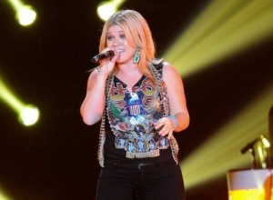 Kelly Clarkson Revisits The Feminist Question And Clarifies 2013 Remarks