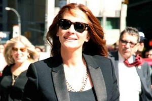 Julia Roberts Smiles At Fans On Arriving At 'Letterman'