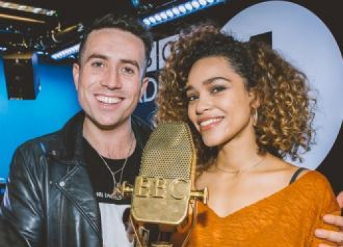 Izzy Bizu Wins Bbc Music Introducing Artist Of The Year Award