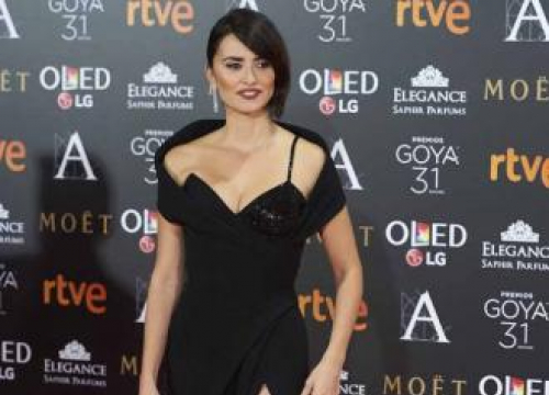 Penelope Cruz Cuts Friends' Hair
