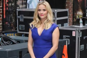 Reese Witherspoon Is Beautiful In Blue Outside 'Letterman'