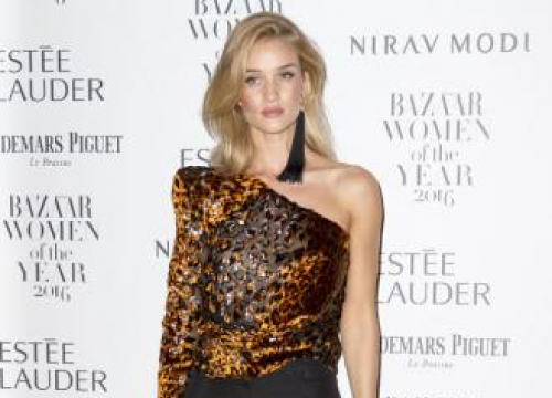 Rosie Huntington-whiteley Needs A Lot Of Effort For Perfect Selfie