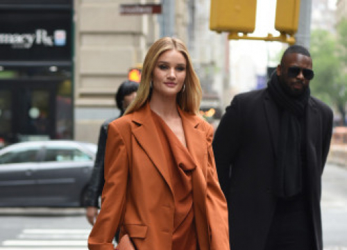 Rosie Huntington-whiteley Uses Luxury Towels In Skincare Routine