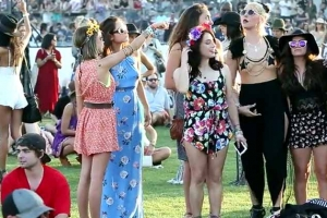 Sarah Hyland Listens To Hozier With Friends At Coachella 2015