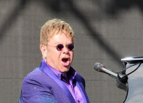 Elton John Thanks Vladimir Putin At Russia Concert