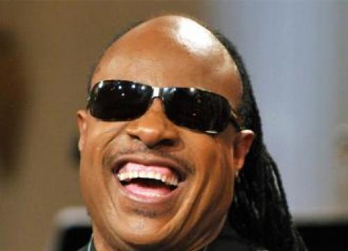 Stevie Wonder Pays Tribute To Aretha Franklin