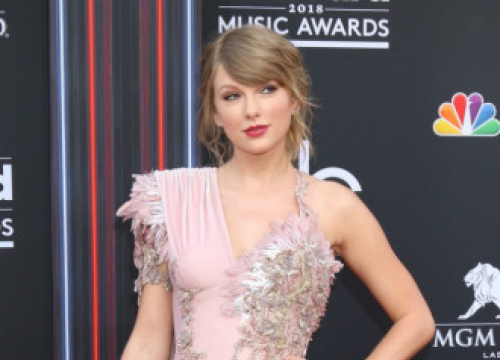 You Can Now Buy A Replica Of Taylor Swift's Red (Taylor's Version)  Album Cover Ring
