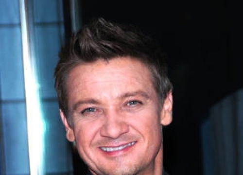 Jeremy Renner Unapologetic About Jennifer Lopez Globes Gag