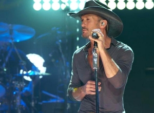 Tim McGraw - Diamond Rings and Old Barstools (From iHeart Live) Video
