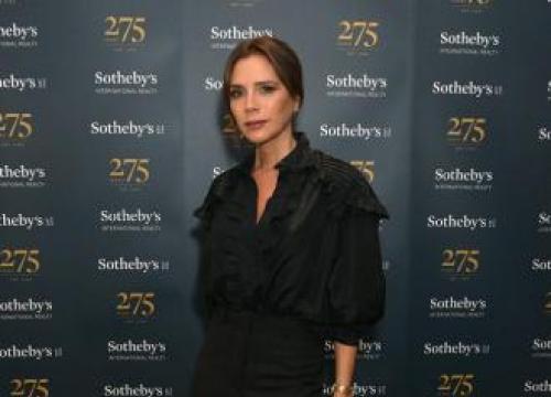 Victoria Beckham Chats To Nhs Staff