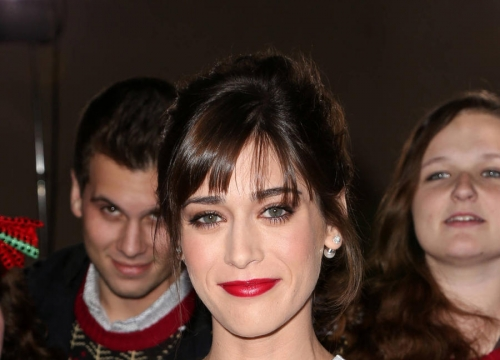 Lizzy Caplan And Tom Riley Make Red Carpet Debut As A Couple