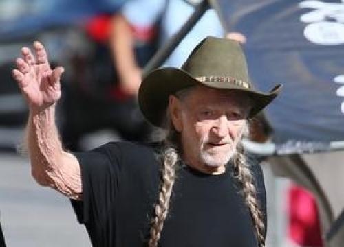 Willie Nelson Urges Loretta Lynn To Try Pot Again