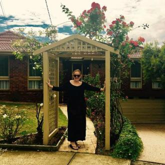 Adele visits Neighbours set