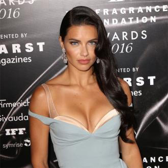 Adriana Lima mixes avocado with her conditioner