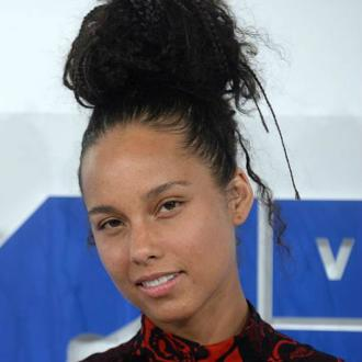 Alicia Keys applies cucumber pulp 'all over her face' to make her skin 'pop'