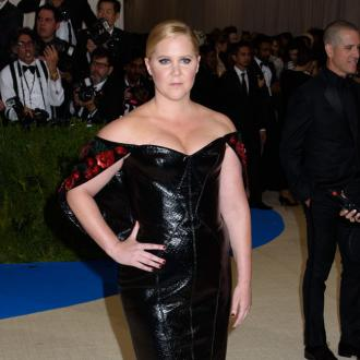 Amy Schumer thanks parents for helping her stay confident