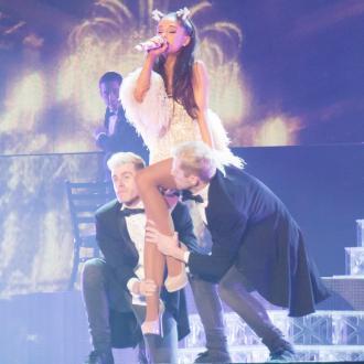 Ariana Grande leaning on Lea Michele