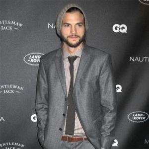 Ashton Kutcher Holidays With Mila Kunis