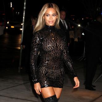 Beyonce Surprises Fans During Karaoke