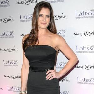 Brooke Shields Breaks Hand
