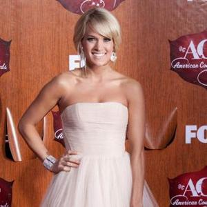 Carrie Underwood Does Own Make-up