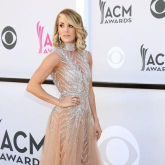 Carrie Underwood breaks wrist