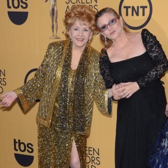 Carrie Fisher Mocks Debbie Reynolds As She Presents Award