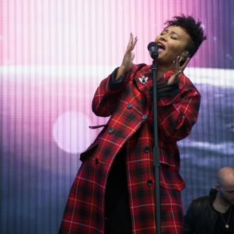 Emeli Sande Meditates Before Going On Stage